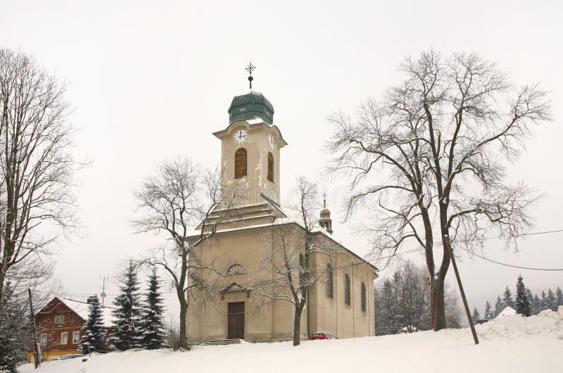 Церковь церков St Wenceslaus в Harrachov взгляд городка республики cesky чехословакского krumlov средневековый старый стоковые фото