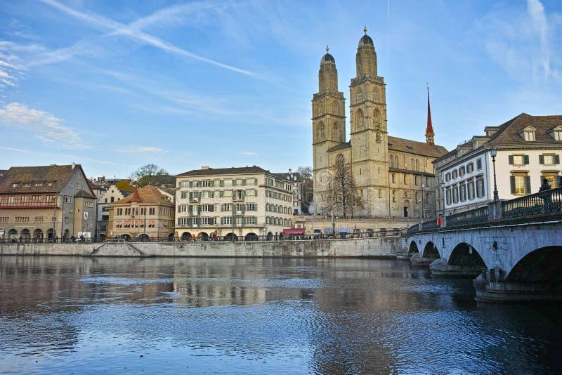 Церковь Grossmunster и отражения в реке Limmat, Цюрихе стоковое фото rf