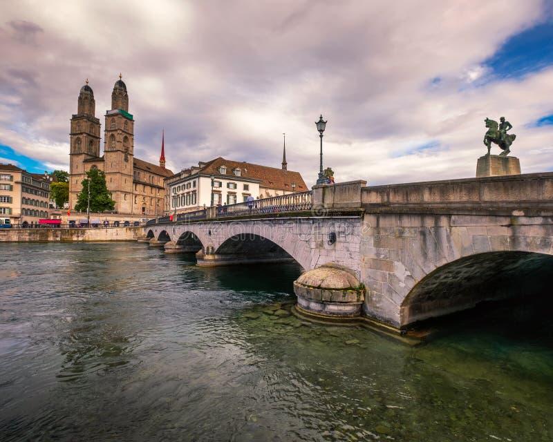 Церковь Grossmunster и река Limmat, Цюрих, Швейцария стоковое изображение