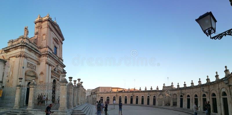 Церковь Ispica Santa Maria Maggiore с квадратом стоковые фотографии rf