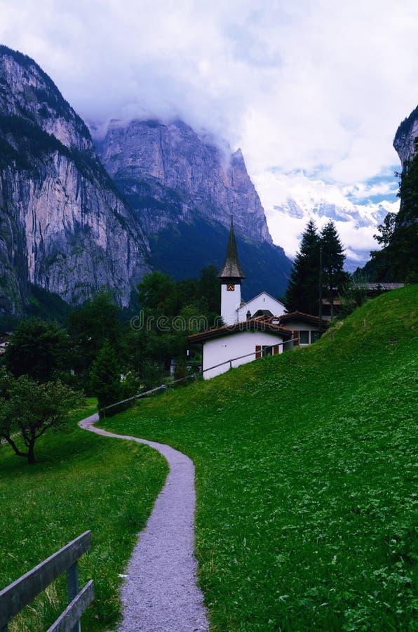Церковь Lauterbrunnen и пеший путь стоковое изображение