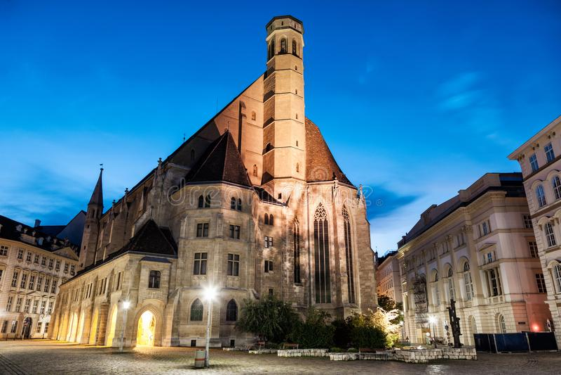 Церковь Minoritenkirche в вене, Австрии на ноче стоковая фотография