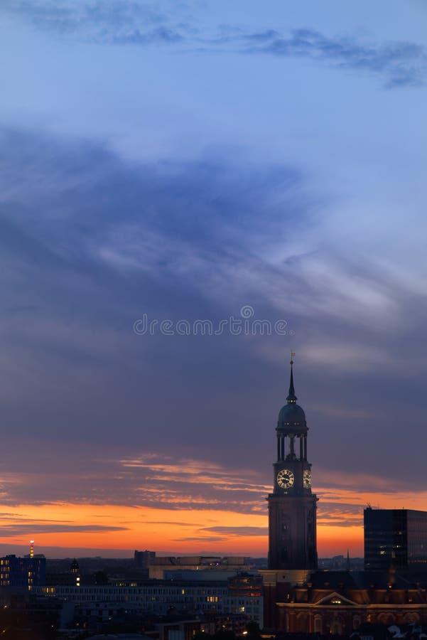 Церковь ` s St Michael против изумительного облачного неба на заходе солнца стоковые изображения