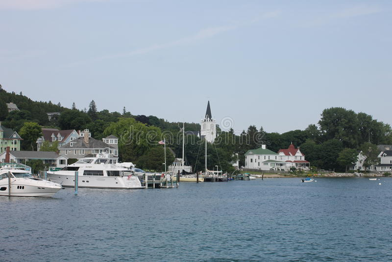Церковь Sainte Энн и гавань острова Mackinac стоковая фотография rf