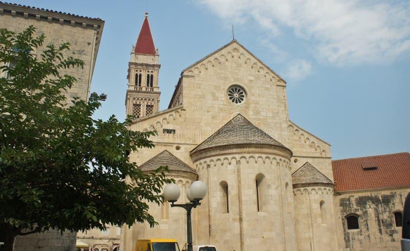 Церковь St Барбара и колокольни собора Св. Лаврентия красивая архитектура в старом городке, солнечный день, Trogir, стоковая фотография rf