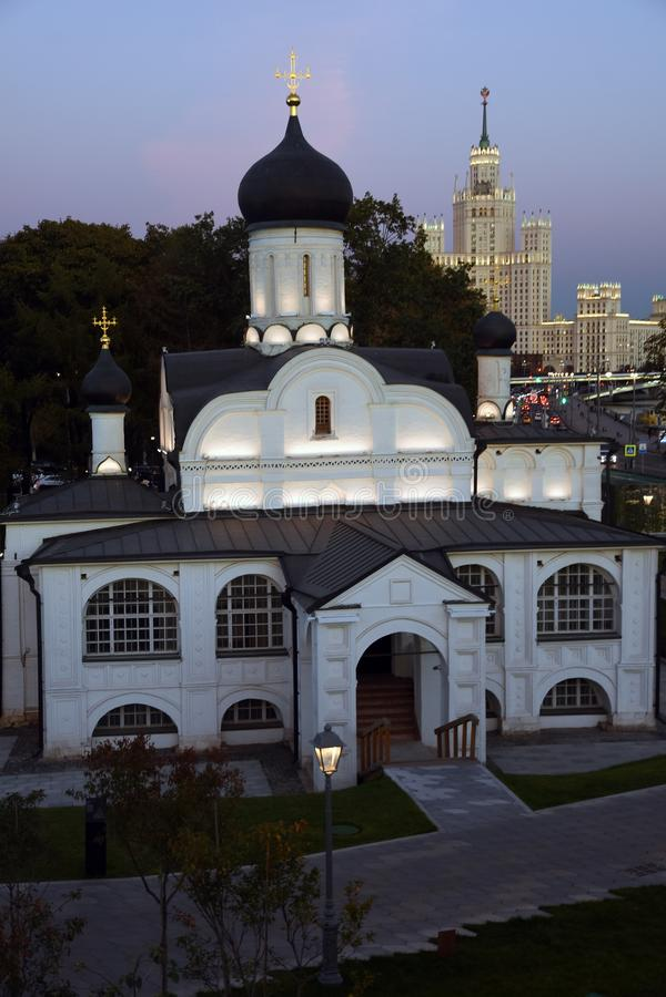 Церковь St. Anna и живущий дом на обваловке Kotelnicheskaya стоковая фотография