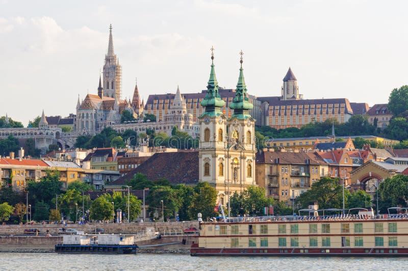Церковь St Anne и церковь Matthias - Будапешт стоковая фотография