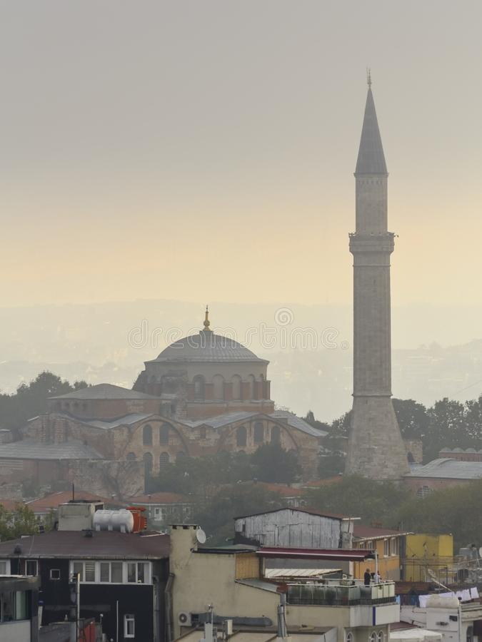 Церковь St Irina и минарета St Sophia в тумане утра стоковые изображения rf