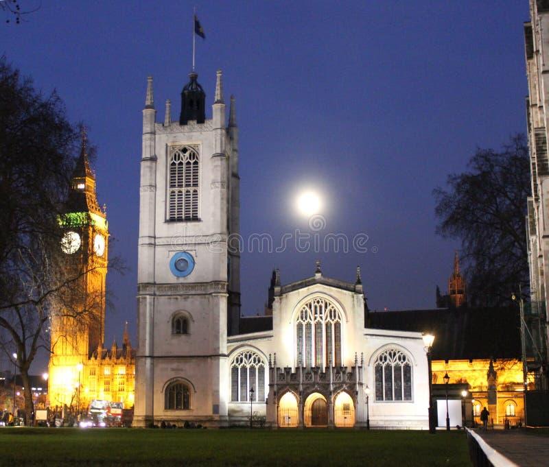 Церковь St Margaret, Вестминстер Лондон на ноче стоковые изображения rf