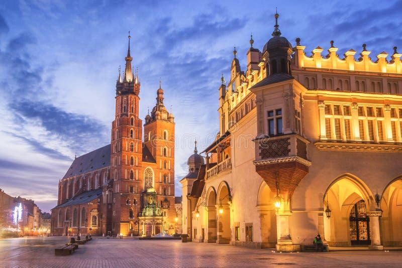 Церковь St Mary s на главным образом рыночной площади в Cracow, Польше стоковое фото