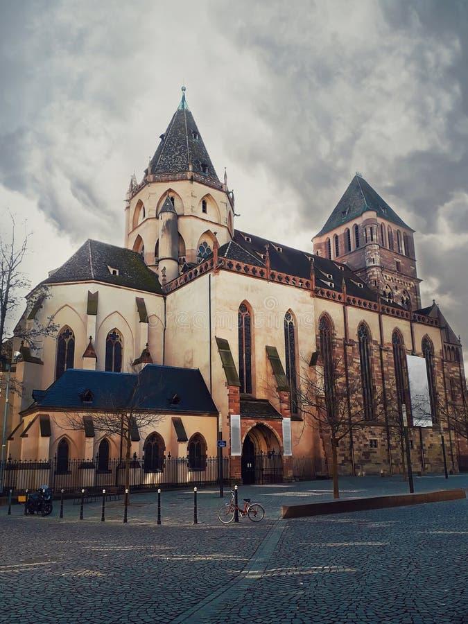 Церковь St. Thomas в страсбурге Собор протестанта, стиль готической архитектуры Страсбург, Эльзас, Франция стоковое изображение rf