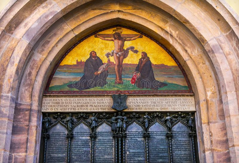 Церковь Wittenber замка мозаики распятия Luther двери 95 тезисов стоковая фотография