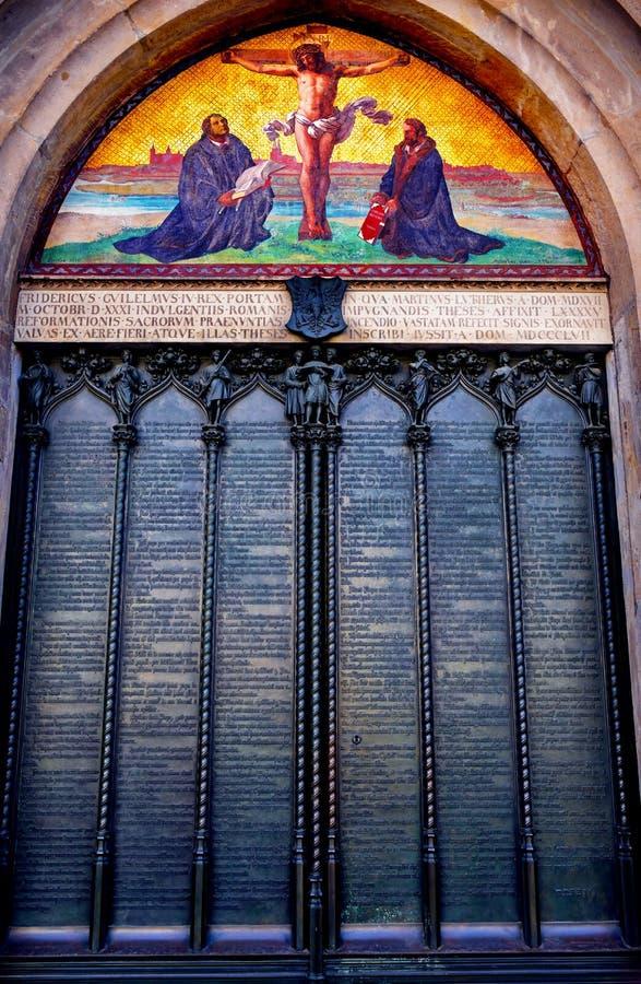 Церковь Wittenber замка мозаики распятия Luther двери 95 тезисов стоковые фото