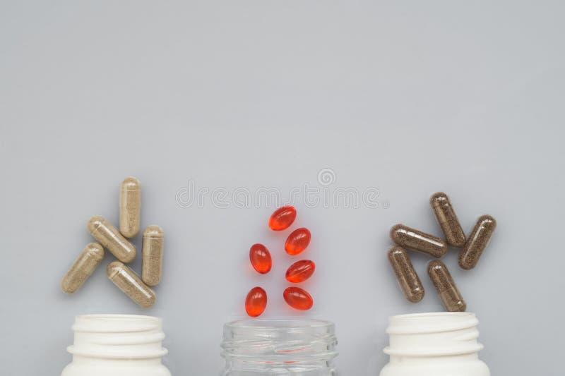 Целебная расслоина капсулы из бутылок 3 пластмасс на ligh стоковые фото