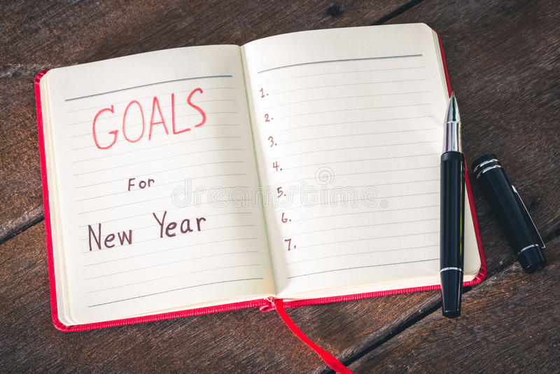 Цели Нового Года с тетрадью и ручкой стоковые фотографии rf
