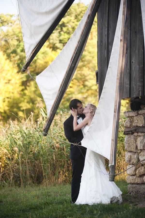 Целовать пар свадьбы стоковые изображения rf