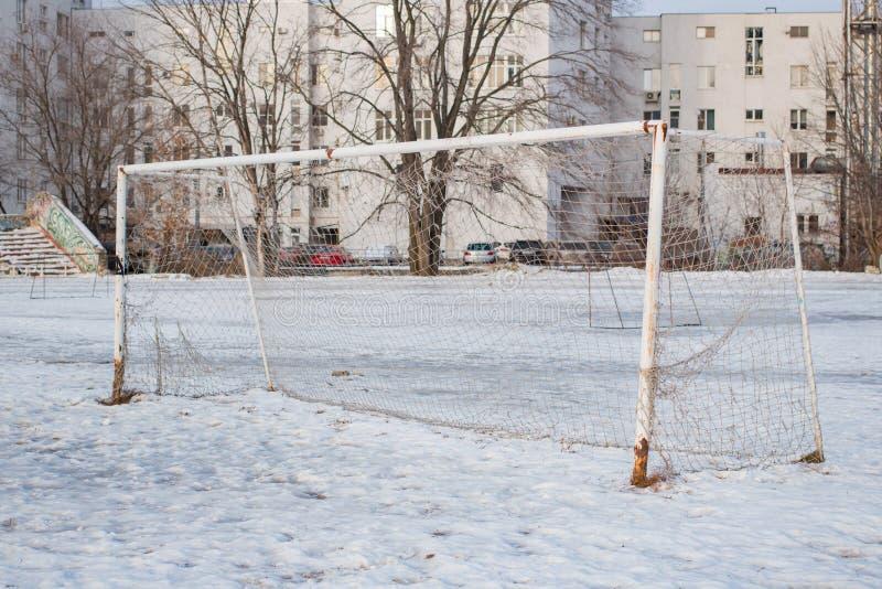 Цель футбола в зиме в городе стоковые изображения