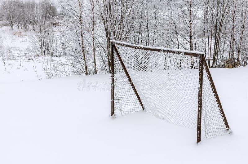 Цель футбола покрытая с снегом стоковая фотография rf