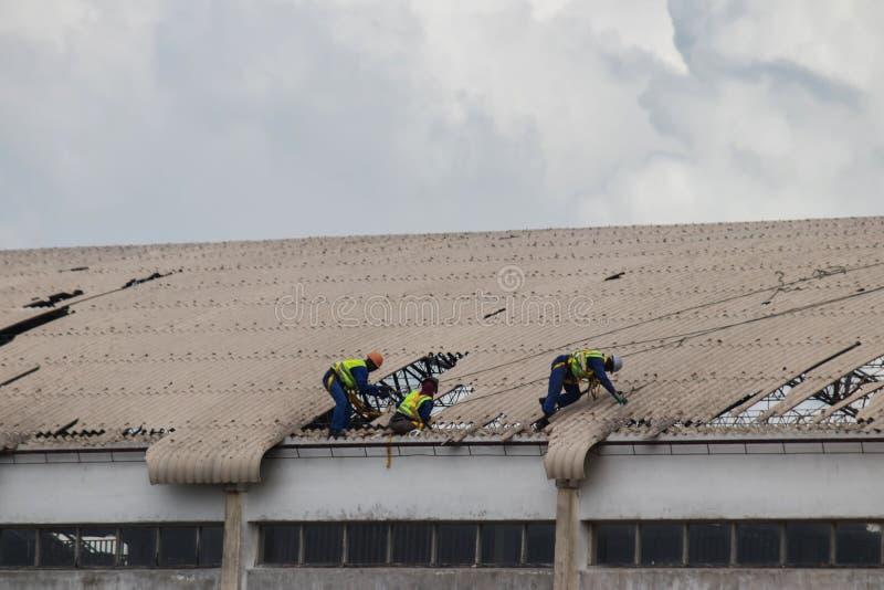 Циклон Idai отавы и циклон Кеннет в Мозамбике и Зимбабве, отладке людей повредили крышу стоковое фото