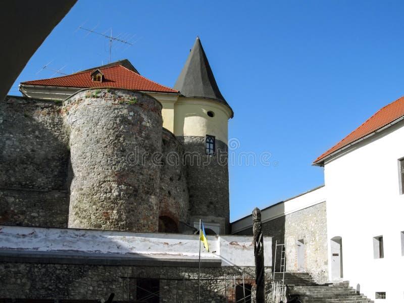 Цилиндрическая башня с конусовидной крышей бастиона на замке Palanok стоковые фотографии rf