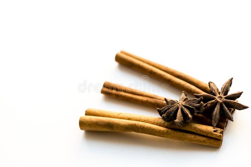 Циннамон и анисовка на белой предпосылке Специи для кофе, горячего чая, обдумыванного вина, пунша стоковые фото