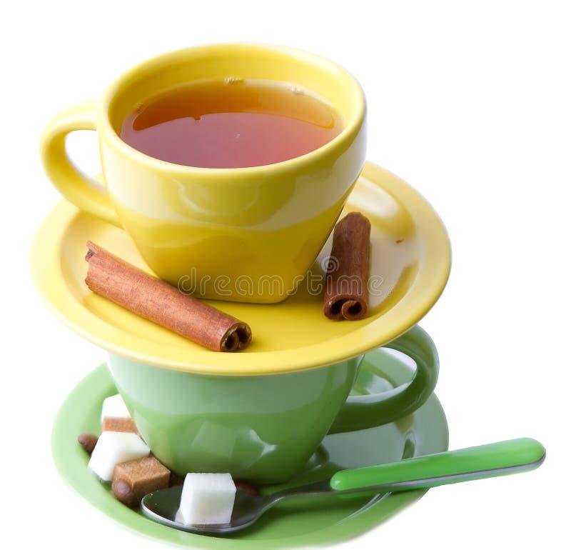 циннамон придает форму чашки желтый цвет зеленого чая стоковые фотографии rf