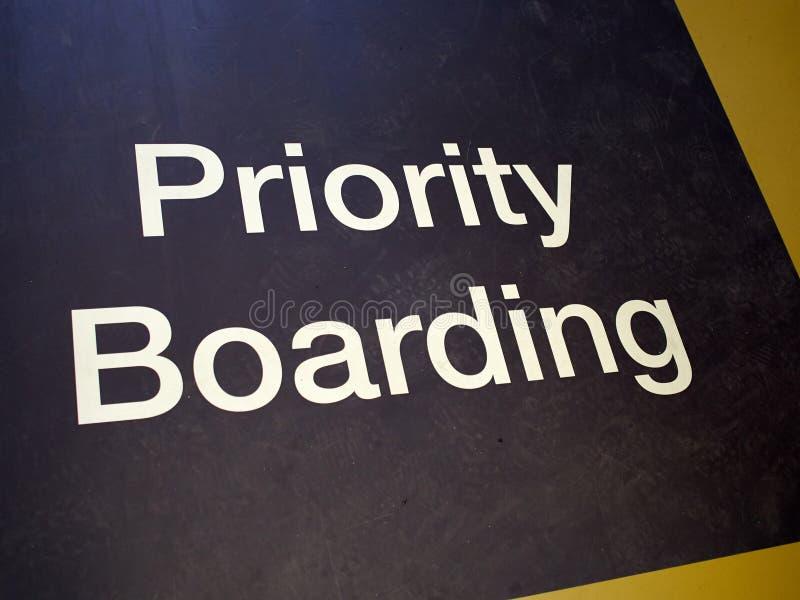 Циновка восхождения на борт приоритета подписывает внутри международный аэропорт стоковые изображения rf