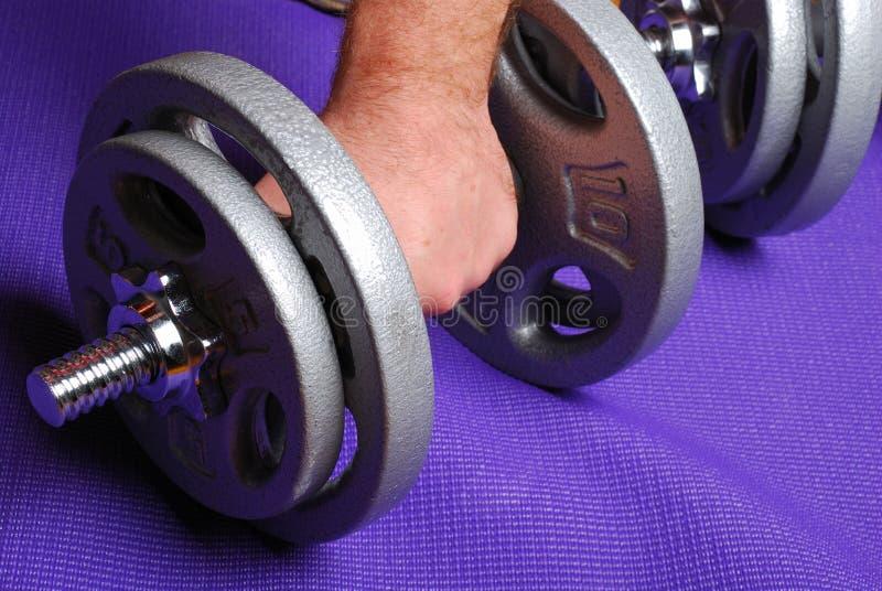 циновка утяжеляет йогу стоковое фото