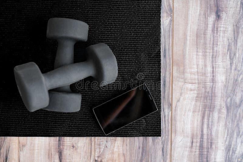 Циновка фитнеса спортзала с свободным мобильным телефоном app весов стоковые изображения rf