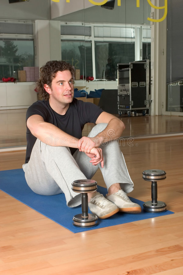 Download циновка человека тренировки Dumbbels Стоковое Изображение - изображение насчитывающей здорово, мужчина: 487357