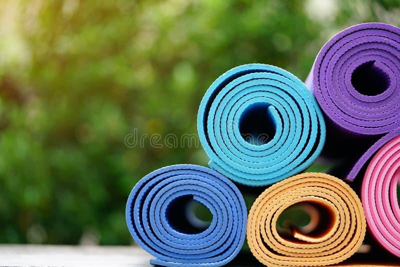 Циновки йоги на таблице стоковое изображение rf