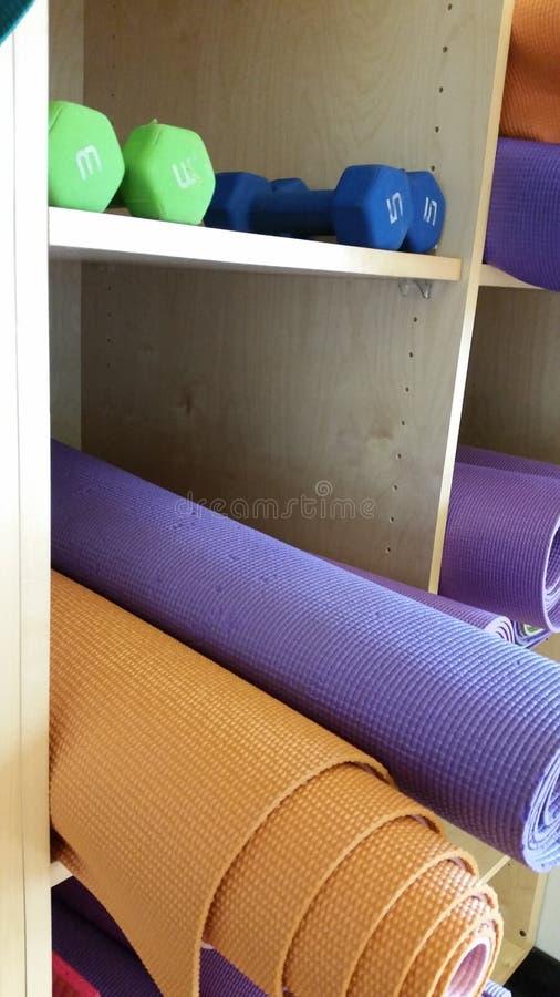 Циновки йоги общины стоковая фотография rf