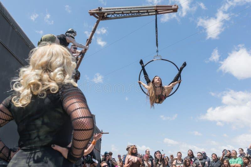 Циркаческий выполнять девушки стоковое фото rf