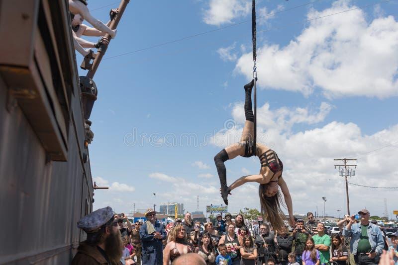 Циркаческий выполнять девушки стоковые фотографии rf