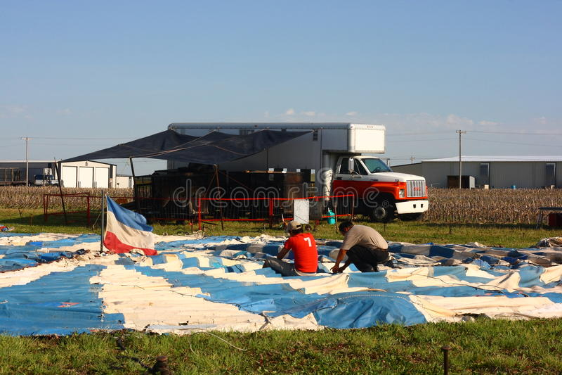 цирк подготовляя шатер стоковые изображения