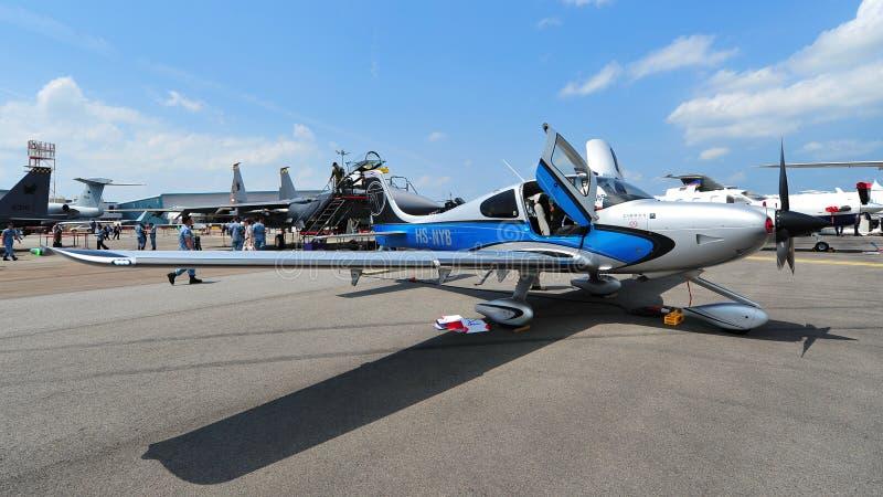 Циррус S$22 определяет воздушные судн турбовинтового самолета на дисплее на Сингапуре Airshow стоковые изображения rf