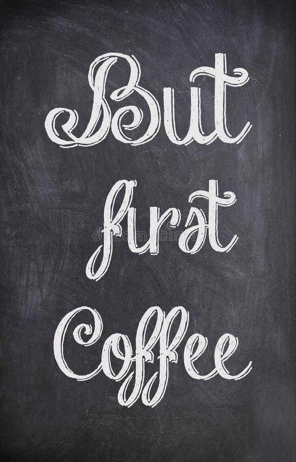 Цитата кофе написанная с мелом на черной доске стоковое изображение rf