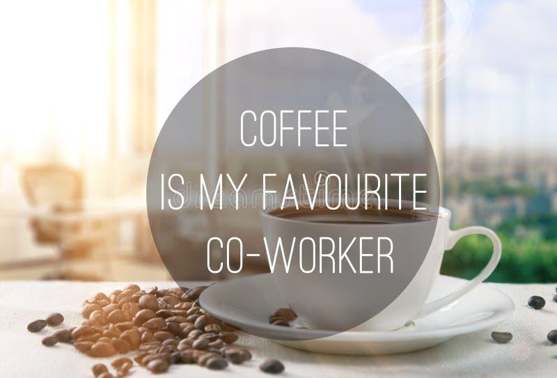 Цитата текста на кофейной чашке офиса стоковая фотография rf