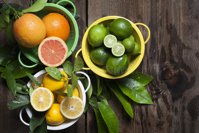 Цитрусовые фрукты в дуршлагах стоковые изображения