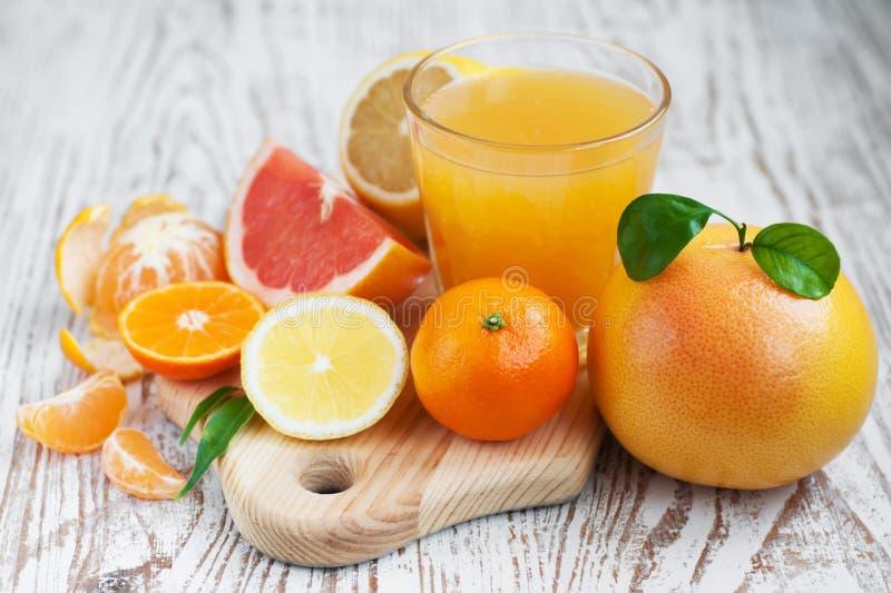 Цитрусовые фрукты и свежий апельсиновый сок стоковые изображения rf