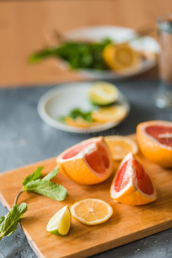Цитрус и лимонад на таблице летом стоковые фотографии rf