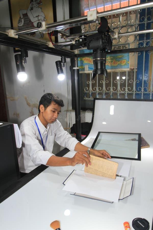 Цифрование старых рукописей стоковые фото