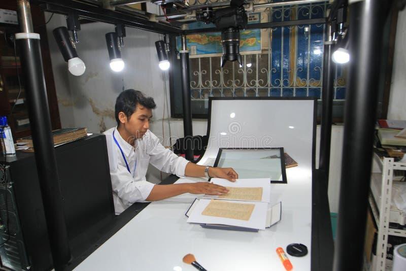 Цифрование старых рукописей стоковая фотография