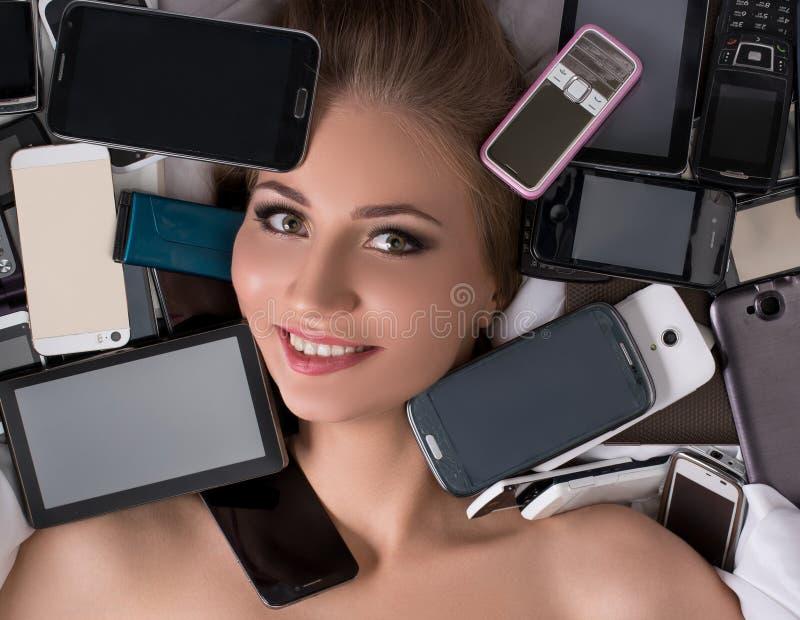 Download Цифровая технология как фетиш Девушка с чернями Стоковое Фото - изображение насчитывающей таблетка, средства: 81814484