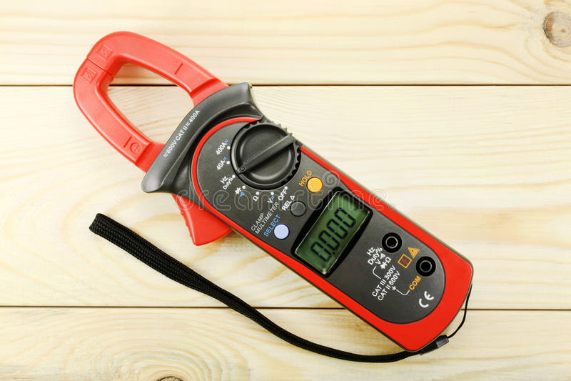 Цифровой вольтамперомметр для связывать проволокой на деревянном столе стоковые фотографии rf