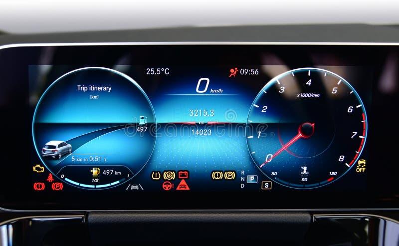 Цифровой дисплей прибора в пассажирском автомобиле стоковые фотографии rf