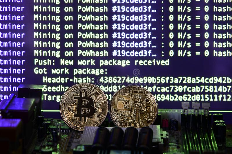 Цифровой процесс cryptocurrency минируя путем использование GPUs Bitcoins и видеокарта на работая дисплее и минируя экране стоковая фотография