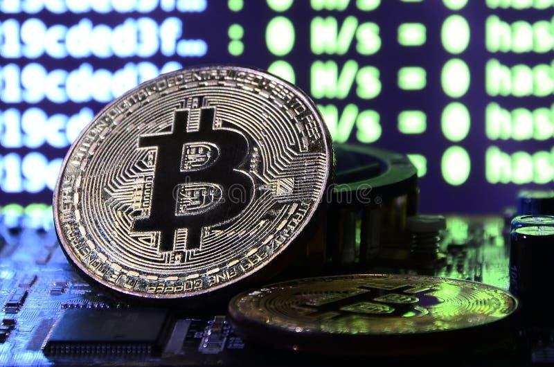 Цифровой процесс cryptocurrency минируя путем использование GPUs Bitcoins и видеокарта на работая дисплее и минируя экране стоковая фотография rf