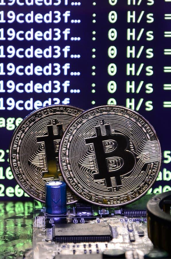 Цифровой процесс cryptocurrency минируя путем использование GPUs Bitcoins и видеокарта на работая дисплее и минируя экране стоковое изображение rf