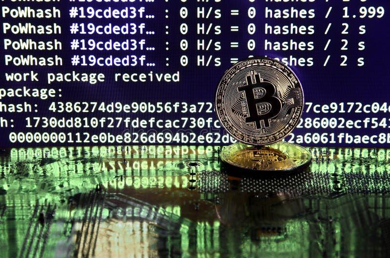 Цифровой процесс cryptocurrency минируя путем использование GPUs Bitcoins и видеокарта на работая дисплее и минируя экране стоковое фото rf